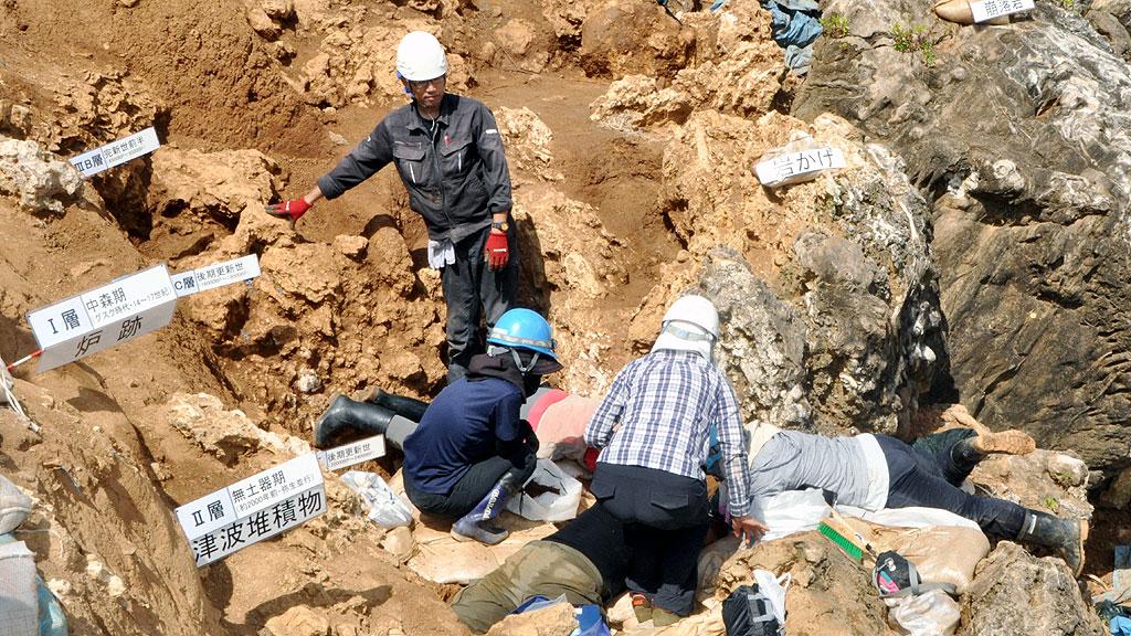Раскопки обрушившейся пещеры Ширахо-Саонетабару на острове Ишигаки. Фото: KYODO