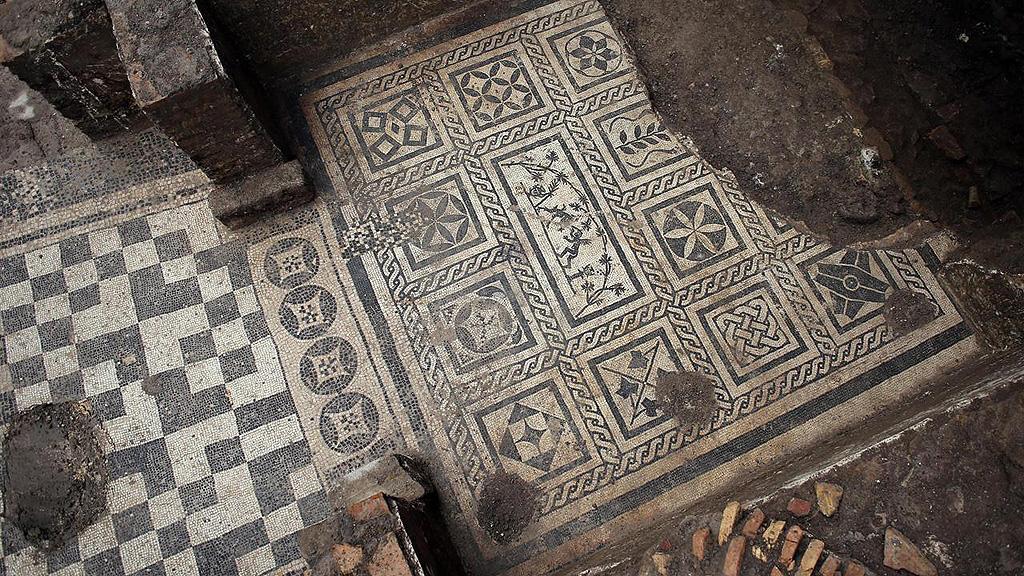 Черно-белая напольная мозаика, обнаруженная при раскопках виллы II века в Риме. Фото: Soprintendenza Speciale di Roma