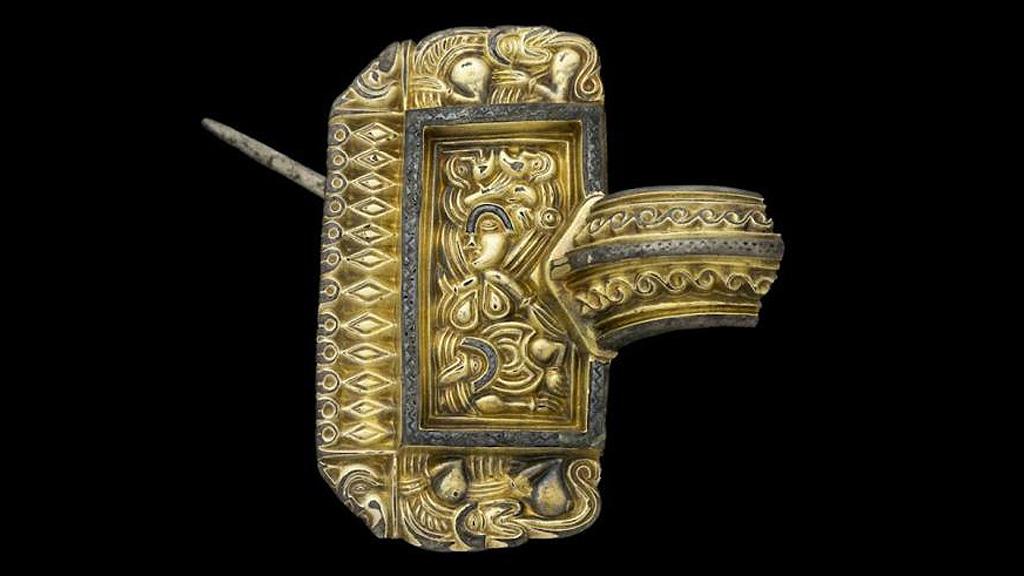 Одна из позолоченных фибул, найденных в первый год раскопок в Сандби Борг. Фото: Kalmar Läns Museum