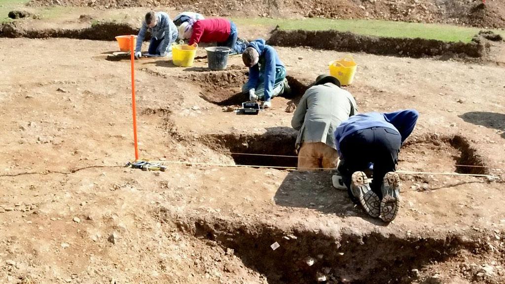 Работа археологов на месте расположения кургана в Лу. Фото: ANU