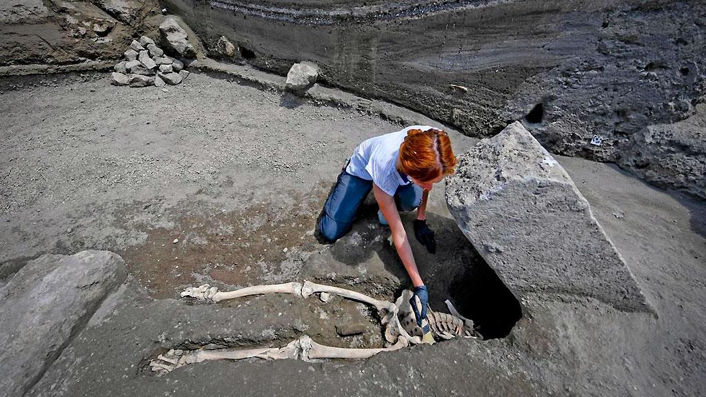 Антрополог Валерия Аморетто расчищает скелет раздавленного мужчины. Фото: Archaeological site of Pompeii