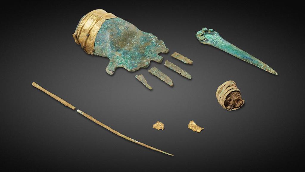 Бронзовая рука и другие артефакты, найденные в захоронении бронзового века. Фото: Archaeological Service of the Canton of Bern