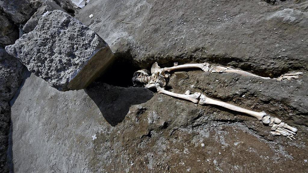 Скелет, раздавленный каменной плитой, √ самая знаменитая находка этого года на территории Regio V. Фото: Archaeological site of Pompeii