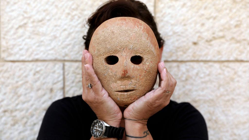 Археолог Ронит Лупу примеряет маску из Пней Хевер. Фото: AAP