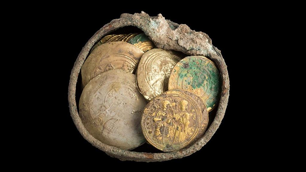 Золотые монеты в бронзовой шкатулке, найденные в Кесарии. Фото: Israel Antiquities Authority