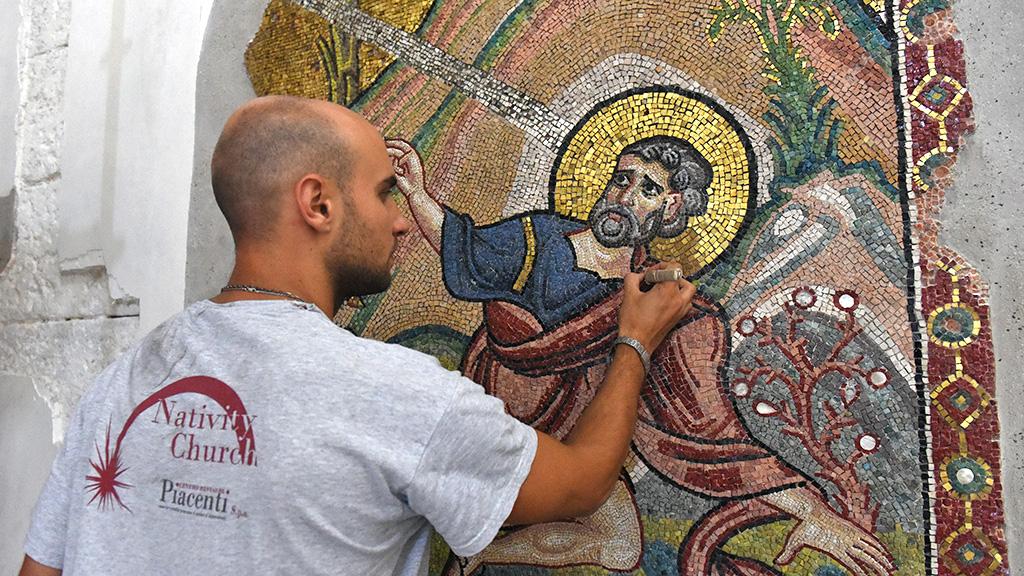 Сотрудник реставрационной мастерской Пьяченти за работой. Фото: CNS/Debbie Hill