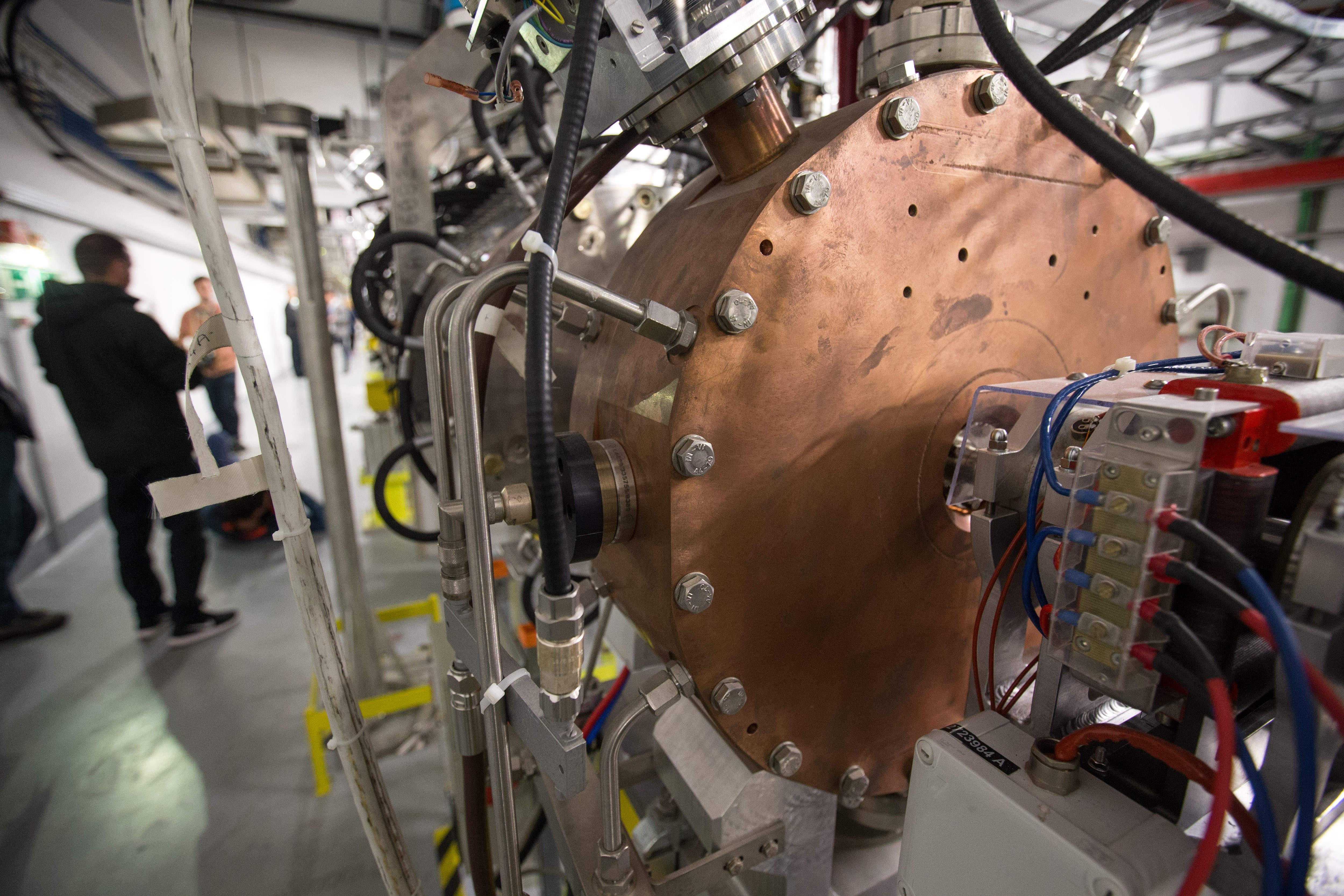 На Большом адронном коллайдере учёные впервые наблюдали нарушение СР-симметрии при распаде D0-мезонов.