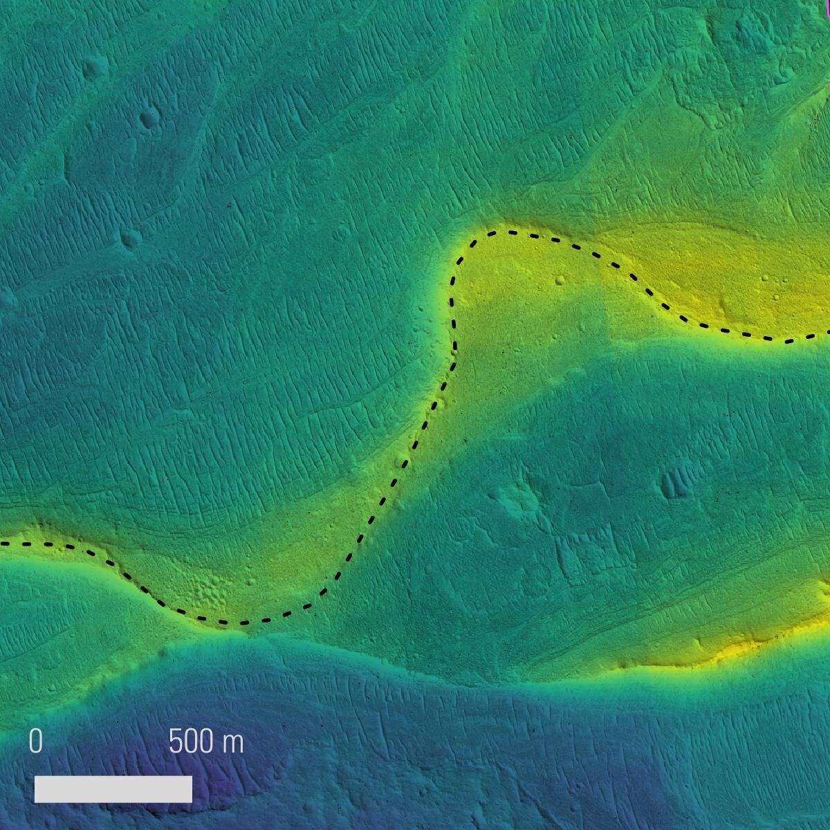 Пунктир обозначает предполагаемое русло реки, цвет – высоту рельефа (низины – синий, возвышенности – жёлтый). Изображение создано по данным орбитального аппарата MRO.