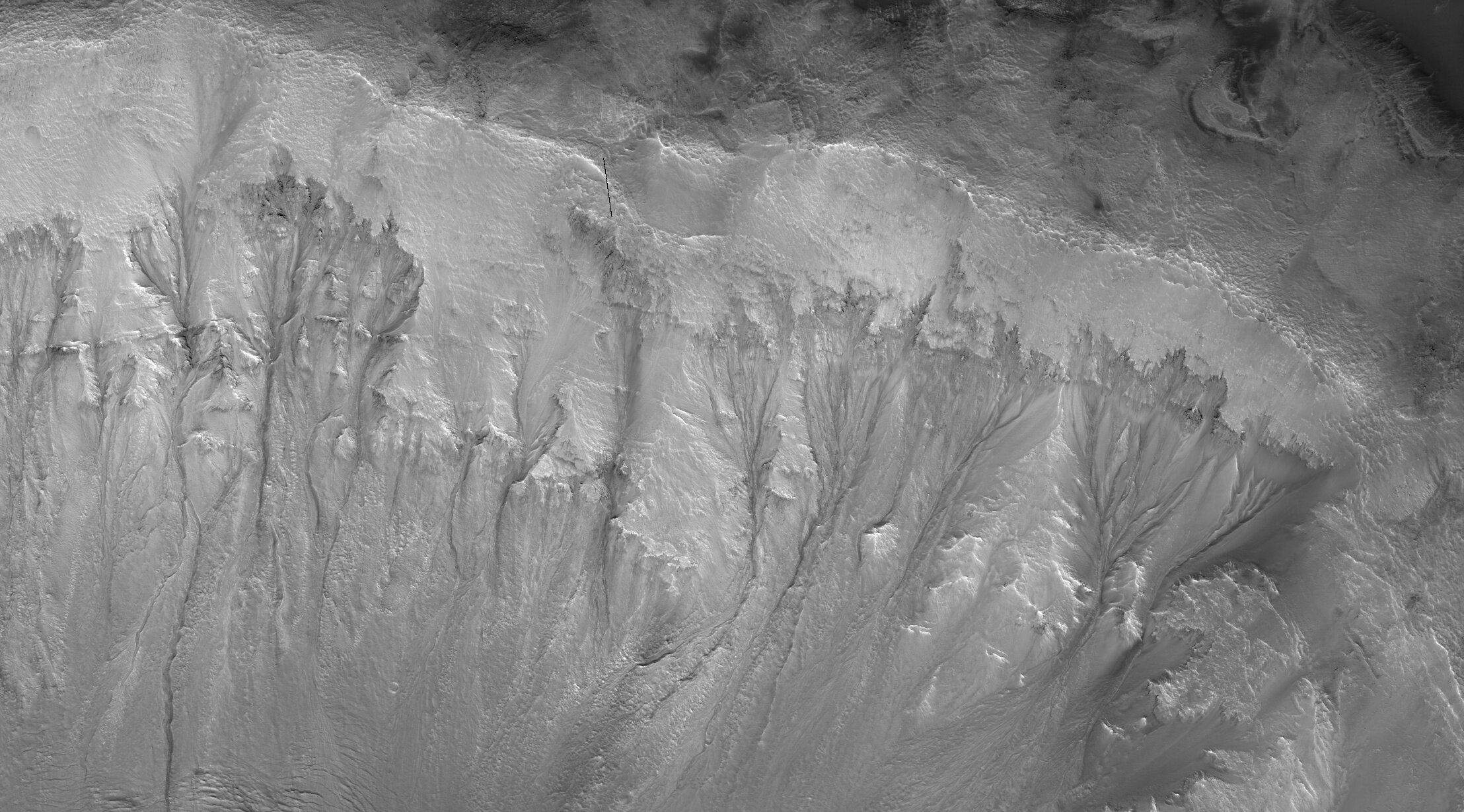 Происхождение повторяющихся линий на склонах (на фото) давно интересует астрономов.