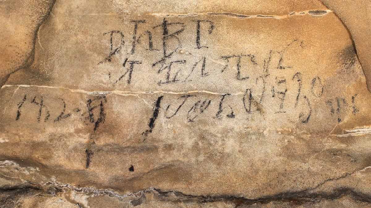 Эта надпись была найдена примерно в полутора километрах от входа в пещеру Маниту.