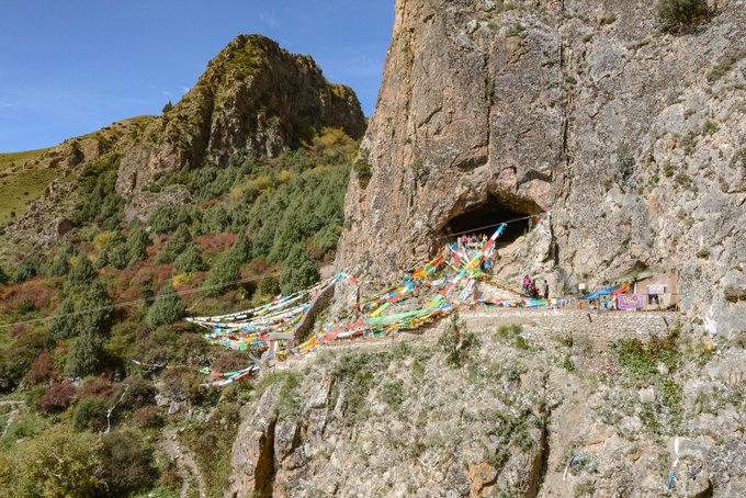 Вход в карстовую пещеру Байшия украшен красочными лентами.