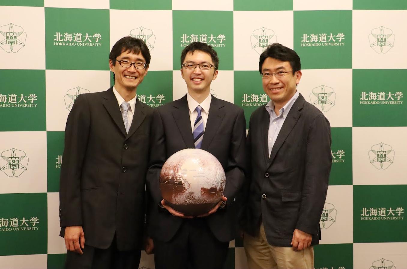 Японские исследователи рассчитали, что газогидраты могут защитить внутренний океан Плутона от замерзания.