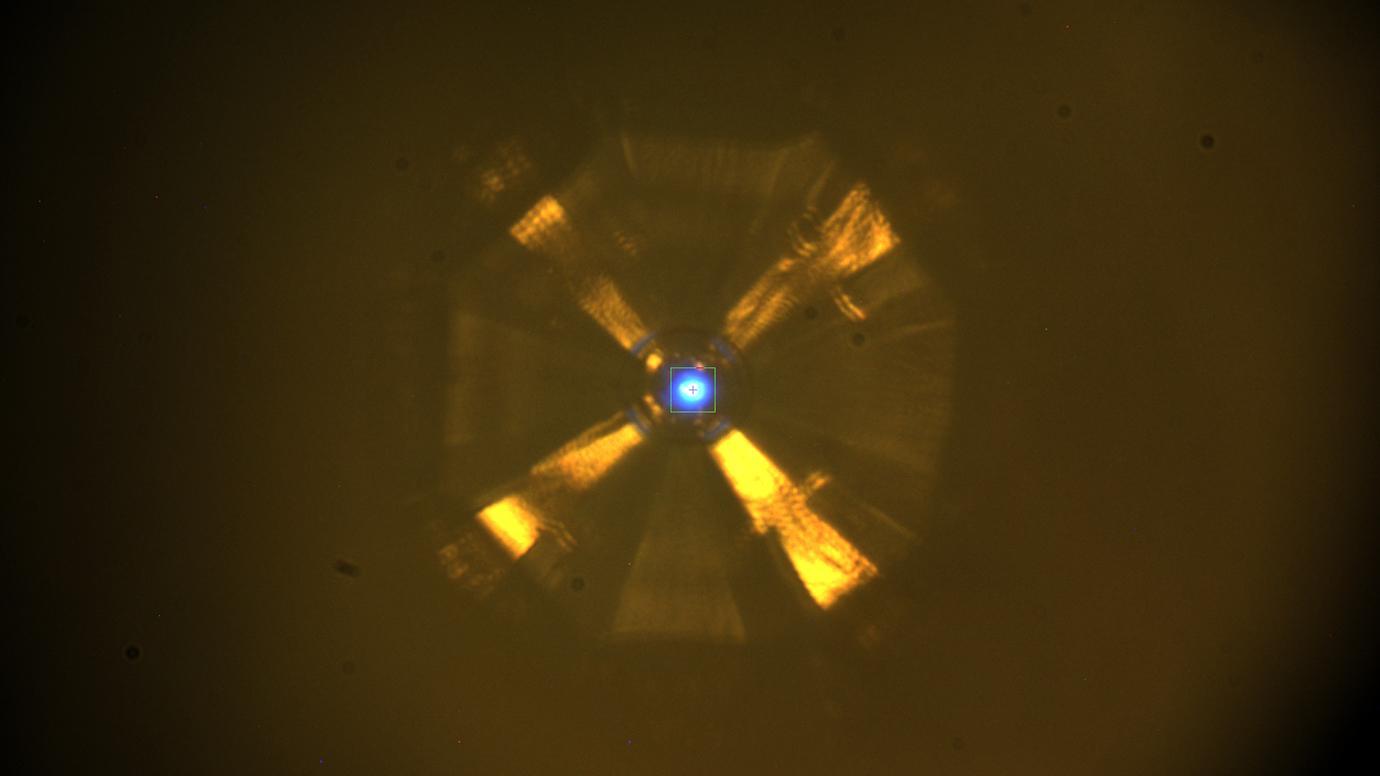 Кристалл под давлением облучали рентгеновскими фотонами, чтобы выяснить его структуру.