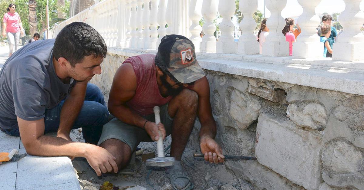Извлечения камня из забора. Фото: Demirören News Agency