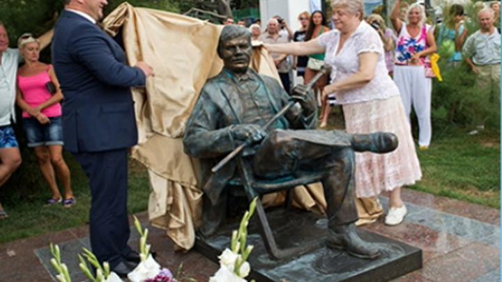 Памятник актеру Михаилу Пуговкину открыли в Ялте