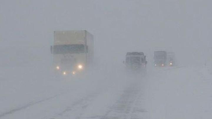 Снежные заносы блокировали движение в Крыму на главной дороге