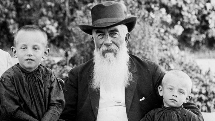 А.И.Абрикосов с внуками.