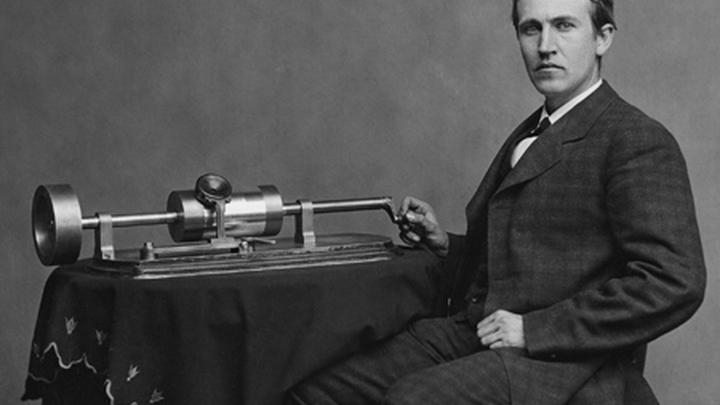 Американский изобретатель Томас Эдисон со своим фонографом.