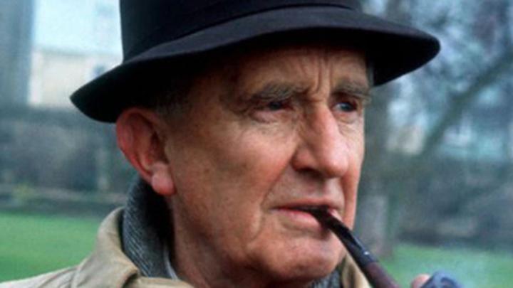 """Писатель Джон Рональд Руэл Толкиен (Толкин), работавший в стиле """"фэнтези""""."""