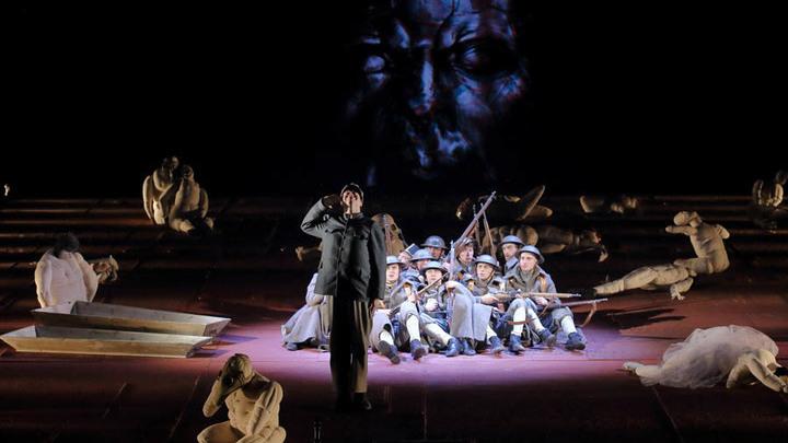 Александринский театр. Сцена из спектакля «Швейк. Возвращение». Фото Владимира Постнова