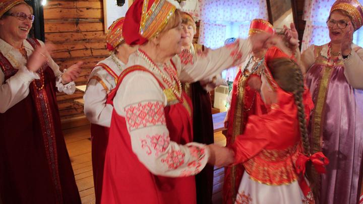 Время для танцев. Конечно, с песнями!Первый выход в свет Кати Матвеевой. Из Карабанова. В Лизуново её привезла бабушка…
