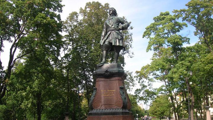 Памятник основателю Кронштадта Петру I. Бюст императора установлен и в Павловске, близ Воронежа, заложенном Петром в 1709 году.