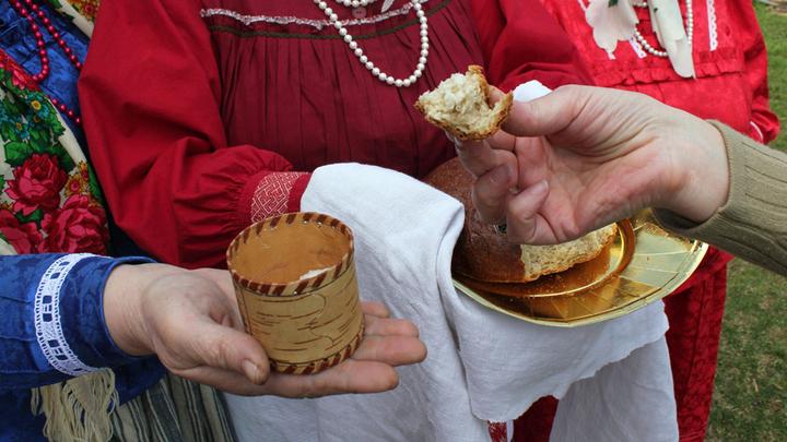 """Хлеб соль от местных жителей, част фольклорного """"ритуала"""" и непременное гостеприимство."""