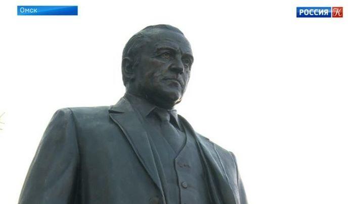 В Омске установили памятник Михаилу Ульянову