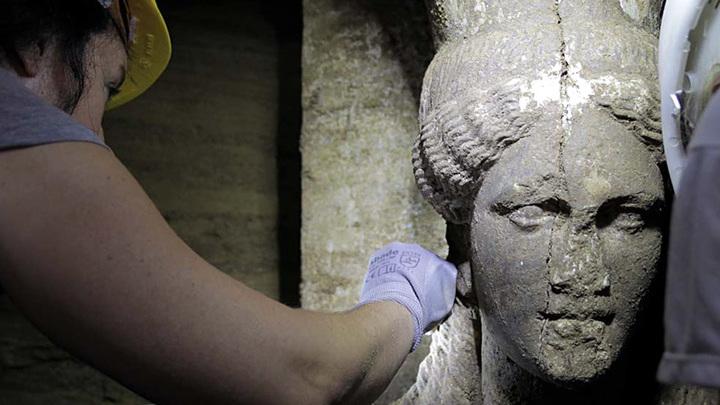 Голова кариатиды из гробницы в Амфиполисе. Фото с сайта theamphipolistomb.com