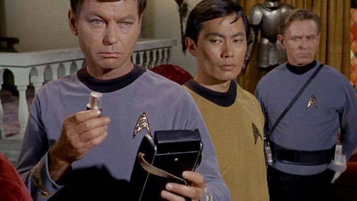 """Герой """"Звёздного Пути"""" Леонард """"Бонус"""" Маккой использовал трикодер для диагностики состояния здоровья человека."""