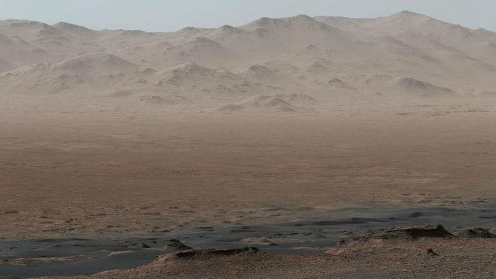 "Так камера марсохода ""видит"" кратер Гейл со склона хребта Веры Рубин."