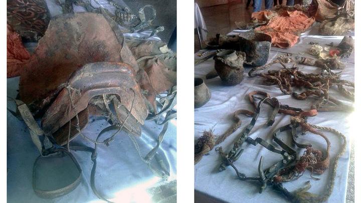 Седло и другие предметы, найденные рядом с мумией.