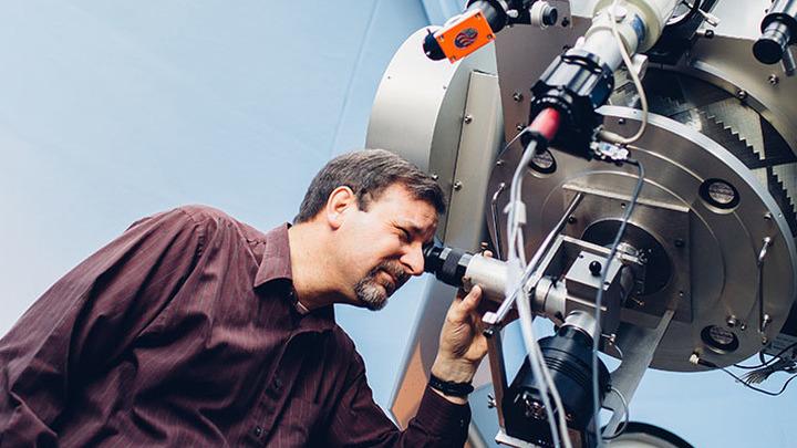 По прогнозам Ларри Мольнара, любой человек сможет увидеть столкновение двух звёзд и рождение сверхновой невооружённым глазом.