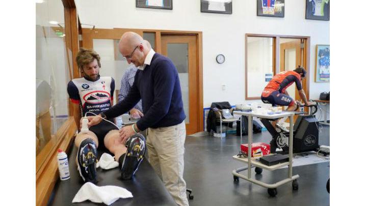 Доктор Сан-Милан проводит обследование велосипедистов.