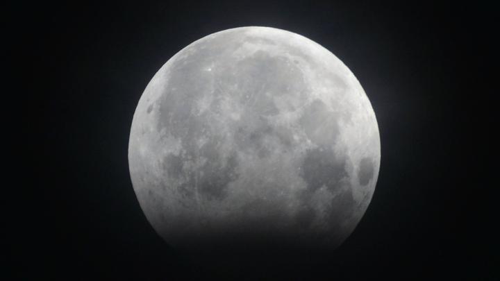 Воды на поверхности Луны хватит на несколько огромных озёр.