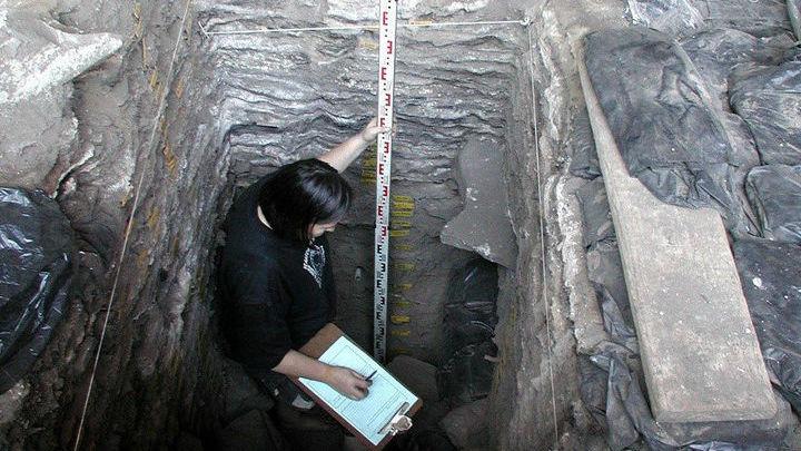 В этой пещере жили люди каменного века.