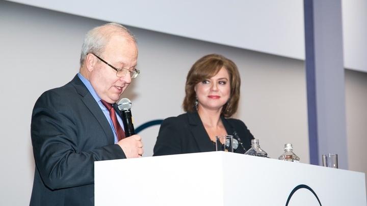 Ежегодно выбор стипендиаток осуществляется авторитетным жюри под председательством Алексея Ремовича Хохлова.