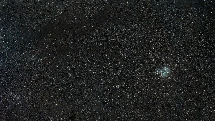 Общий вид молекулярного облака TMC-1 (тёмная структура на фоне звёзд).