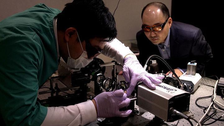 На фото руководитель исследования Янг Ким (справа) и ведущий автор работы Хо Чой (Seung Ho Choi).