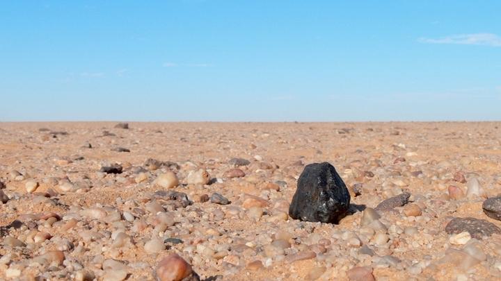 Один из урейлитов, найденных в Нубийской пустыне на территории Судана.