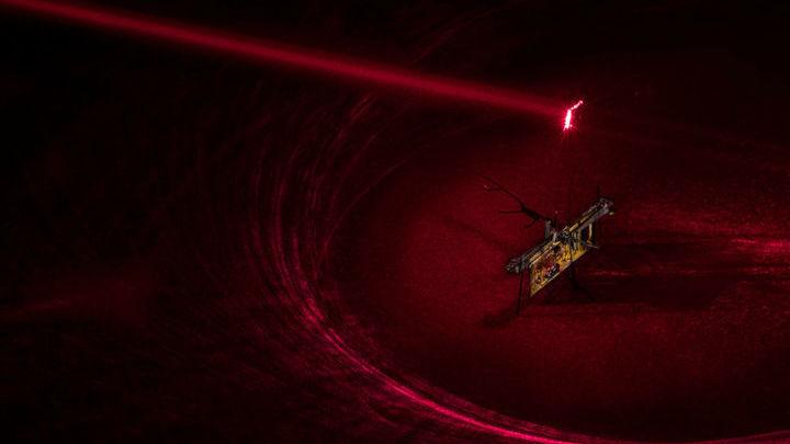 Энергией робота снабжает луч лазера (на рисунке показанный красным, но на самом деле невидимый).