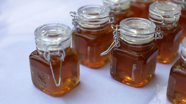 Мёд частично нейтрализует агрессивную щелочную среду и обволакивает стенки пищевода.