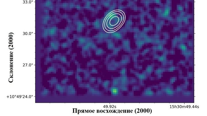 Изображение радиогалактики по оптическим данным телескопа LBT и радиоданным телескопа VLA. По осям отложены небесные координаты.