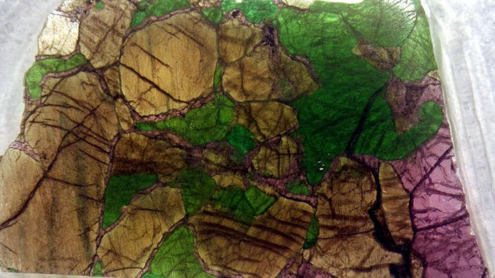Состав магмы помогли определить ксенолиты, то есть обломки пород литосферы, попавшие в извергающийся магматический поток.