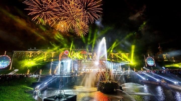 Конец сезона: вПетергофе состоялось праздничное закрытие фонтанов