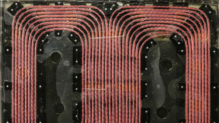 Энергия передаётся через магнитное поле, которое генерируется специальной катушкой.