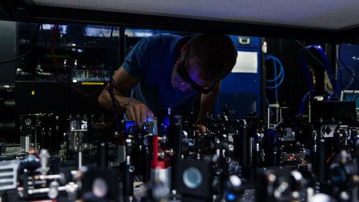 Александр Уланов, аспирант МФТИ, проводит юстировку установки, на которой проводился эксперимент.