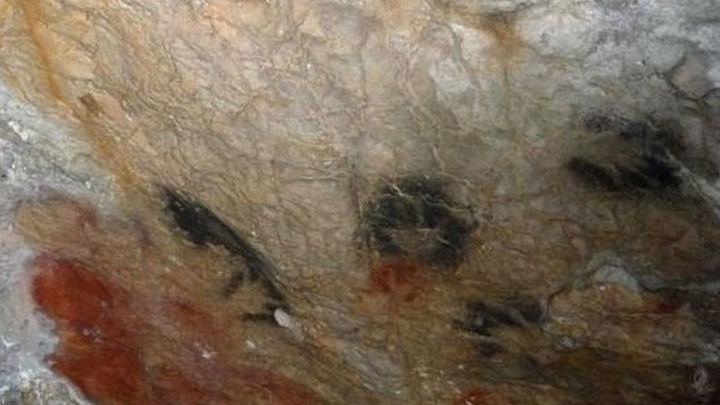 Изображение рук с недостающими пальцами в пещере Гардас, Франция.