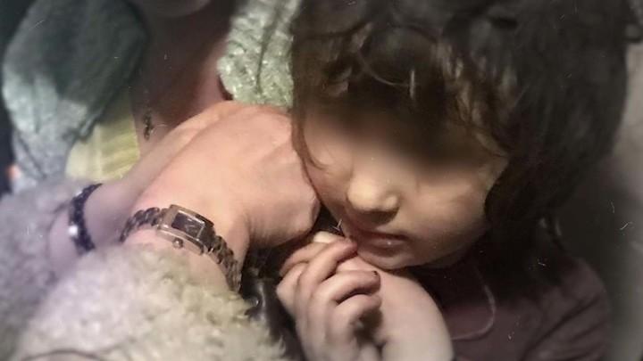 """Кадр из программы """"Андрей Малахов. Прямой эфир. 5-летнюю девочку-Маугли обнаружили в московской квартире"""""""
