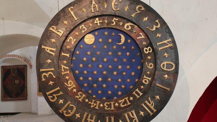 Александровская слобода. Циферблат старинных часов на государевом дворе